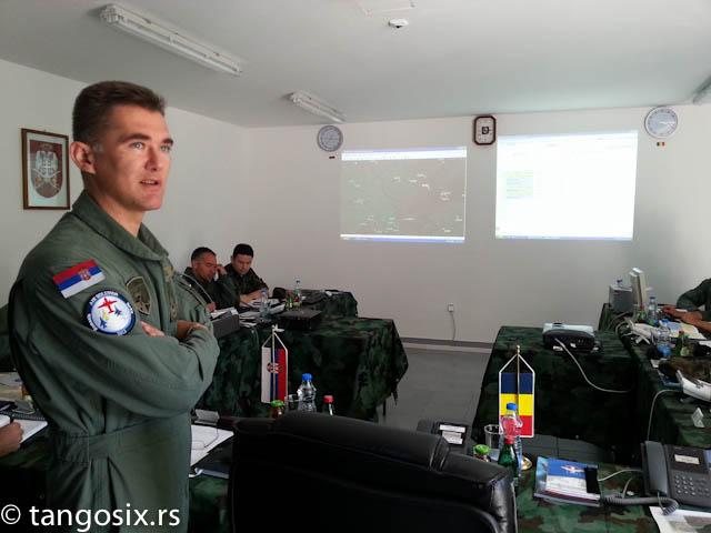Komandant vežbe brigadni general Bandić objašnjava njen scenario