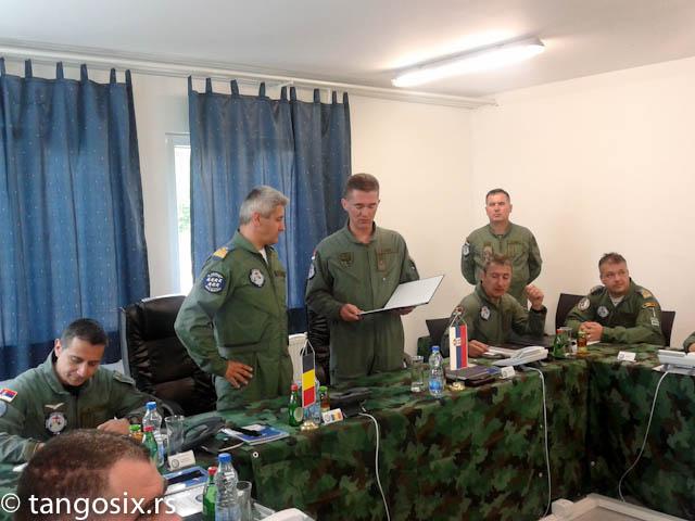 Razmena tehničkih dokumenata u Operativnom centru vežbe.