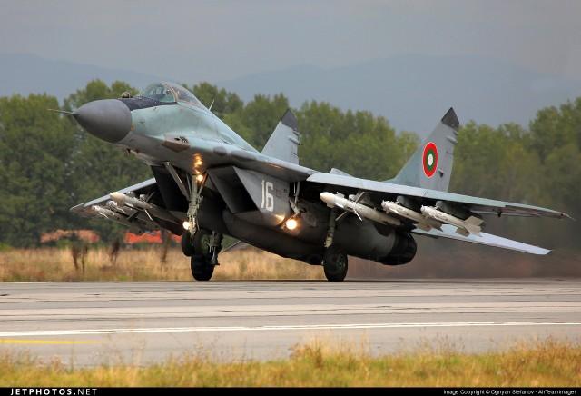 Bugarski MiG-29A naoruzan sa 2 rakete R-27R1 i 4 R-73E