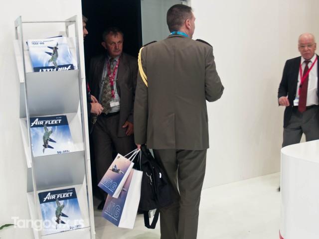 Vojislav Dević i izaslanik odbrane u Francuskoj sa dve pune kese MiG promo-materijala