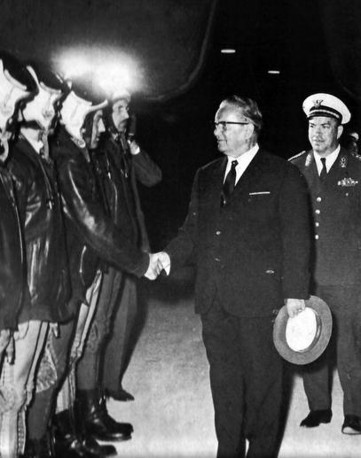Vrhovni komandant u poseti Željavi. Suad Hamzić se nalazi na fotografiji, jedva vidljiv, prvi s leva