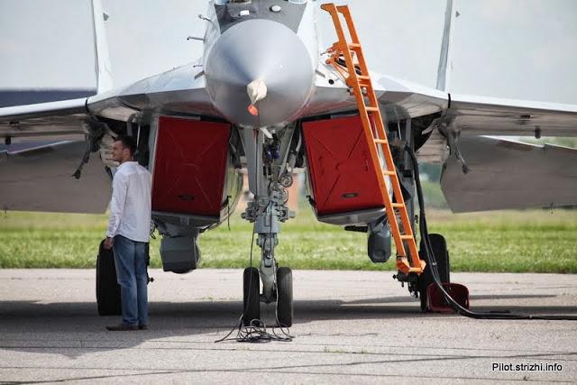 Kontejneri sa elektronskom opremom na gondolama motora MiG-a 35