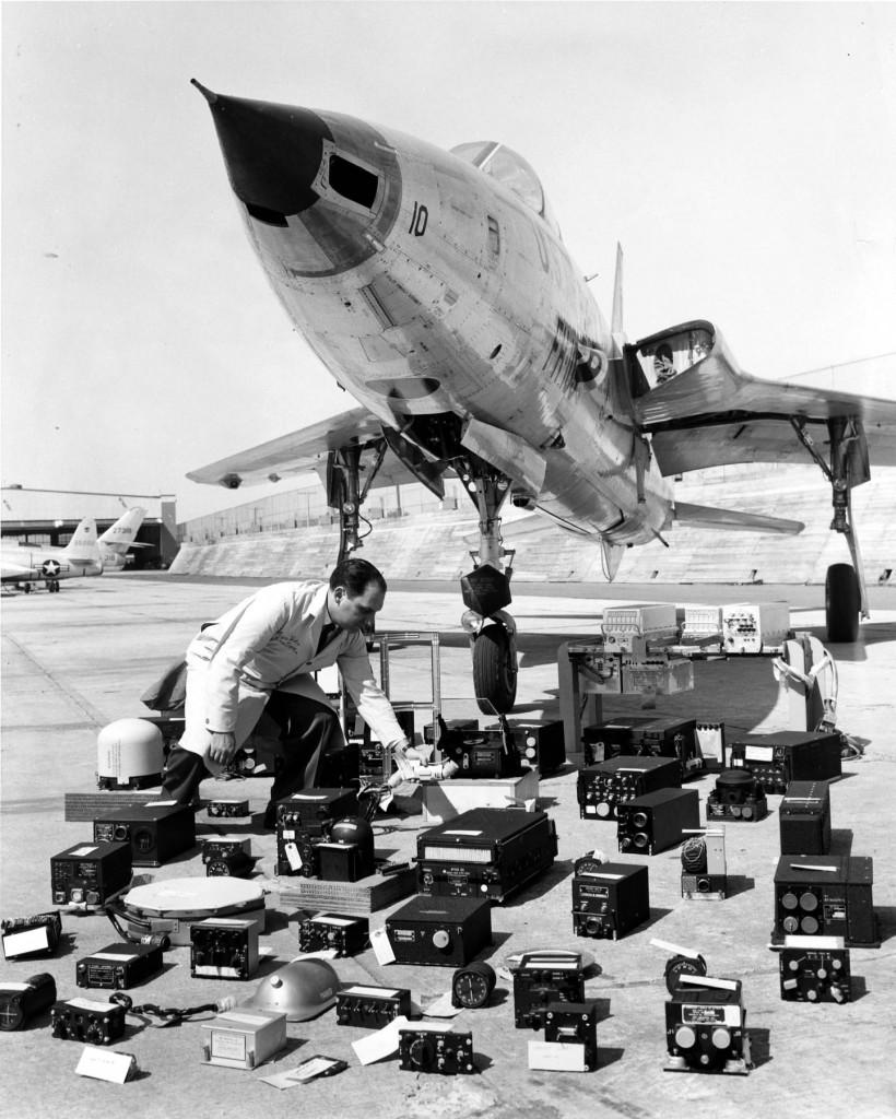 Prva serijski proizvođena verzija aviona Thunderchief bila je verzija F-105B. Avion F-105B sa komponentama avionike koja je složena ispred aviona