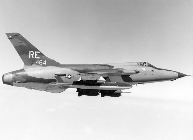 Lovac-bombarder F-105D naoružan sa bombama Mk-82 i Mk-117, iz sastava 44. taktičkog borbenog skvadrona (44. TFS) 355. taktičkog borbenog vinga (355. TFW) u letu iznad Vijetnama 1969. godine