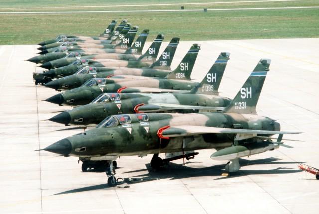 Dvosed F-105F u prvom planu pored postrojenih jednosda F-105D