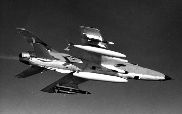 F-105G Wild Weasel III u letu. Ispod levog krila na nosačima su postavljene protivradarske rakete i to na spoljnom nosaču raketa AGM-45A Shrike, a na unutrašnjem nosaču raketa AGM-78A Standard ARM. Na desnom krilu kao protivteža na unutrašnjem nosaču je postavljen dopunski rezervoar kapaciteta od 1705 litara goriva, dok je na spoljnom nosaču postavljena protivradarska raketa AGM-45A Shrike. Na centralnom podtrupnom nasaču postavljen je dopunski rezervoar kapaciteta od 2464 litre goriva