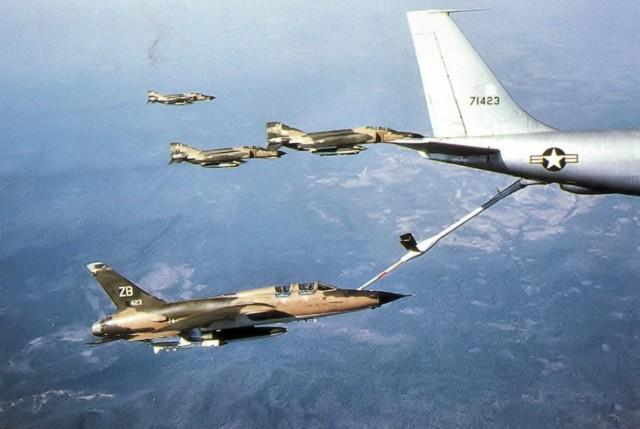 F-105G Wild Weasel III iz sastava 388. TFW tokom dopune gorivom u letu iz letećeg tankera KC-135A Stratotanker u pratnji tri lovca F-4E Phantom-II, na putu ka Severnom Vijetnamu 1970. godine
