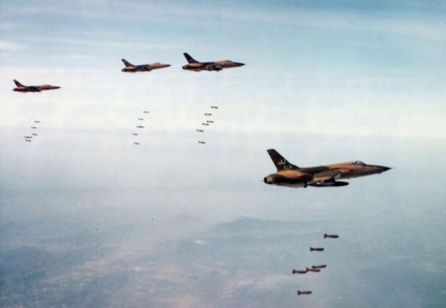 Avioni F-105D iz sastava 34. TFS izbacuju bombe iz horizontalnog leta na velikoj visini po ciljevima u Severnom Vijetnamu