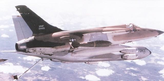 U prvom planu F-105D naoružan sa dve bombe Mk-118 od 1360 kg koje se kače na spoljnim potkrilnim nosačima, dok na unutrašnjim nosačima nosi dva dopunska rezervoara od 1705 litara goriva i na centralnom podtrupnom nosaču rezervoara od 2464 litre goriva. Avioni F-105D tokom dopune gorivom u letu iznad Laosa, na putu ka Severnom Vijetnamu