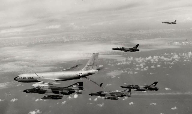 Avioni F-105G Wild Weasel III i avioni F-4E Phantom-II tokom dopune gorivom iz tankera KC-135A na putu ka Severnom Vijetnamu tokom vazdušne operacije Linebacker 1972. godine