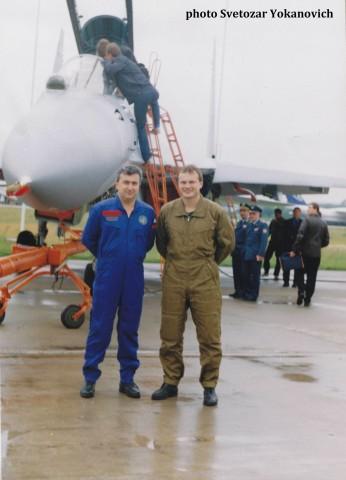 Pukovnik Mirčeta Jokanović sa opitnim pilotom zavoda KNAAPO Sergejem Bogdanom, neposredno pred let , juna 2000. godine.
