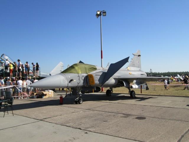 JAS-39C na statici sa AGM-65 i AIM-9