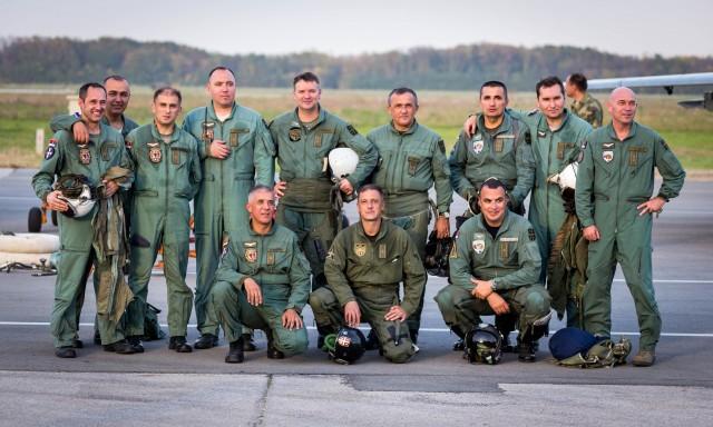 Deo pilota pozira posle letenja na čelu sa komandantom ViPVO general-majorom Rankom Živakom