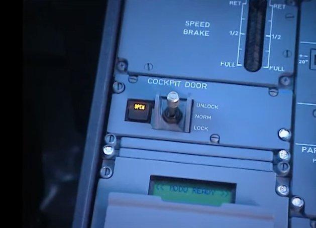 Prekidač koji štiti, ali i ugrožava bezbednost. Kokpit je moguće otvoriti samo iznutra.