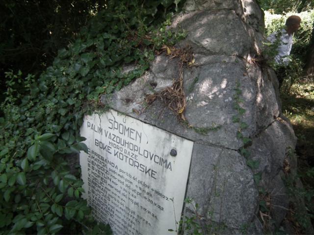 Izgled spomenika avgusta 2012. godine (bez znaka Diplomiranog hidropilota)
