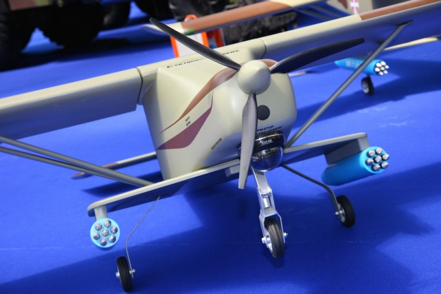 Na maketama je istaknuta opcija podvesnog naoružanja i opto-elektronski sistem. Foto: Dragan Trifunović