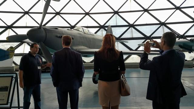 Ruska delegacija u poseti Muzeju vazduhoplovstva. Vodič je govorio na besprekornom ruskom jeziku