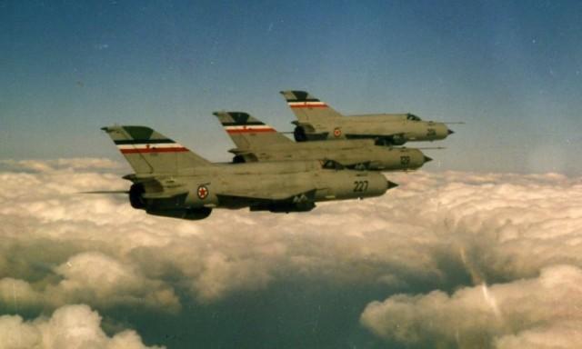 Trojka lovaca MiG-21bis u desnom stupnju pri preletu sa Željave na Zemunik radi natjecanja. Trojku je iz četvrtog aviona snimio Ivan Selak. Avion u sredini, evidencijskog broja 17129, podvarijante je MiG-21bis (SAU), a ostali su MiG-21bis-K (Lazur). Pod krilima nose saćaste lansere za rakete Munja, kojima će gađati na natjecanju