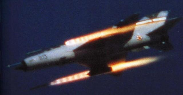 """MiG-21M evidencijskog broja 22813 iz Prištine, kojeg je reporter slovenske """"Naše obrambe"""" Boris Knific snimio na natjecanju kod Zadra, u trenutku gađanja raketama Munja. Knific je danas glavni i odgovorni urednik istog časopisa, koji danas nosi naziv """"Revija Obramba"""""""