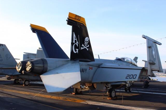 """Gusarska zastava na repu dvosjeda F/A-18F odaje pripadnost čuvenoj eskadrili """"Jolly Rogers"""" / Foto: Antonio Prlenda"""