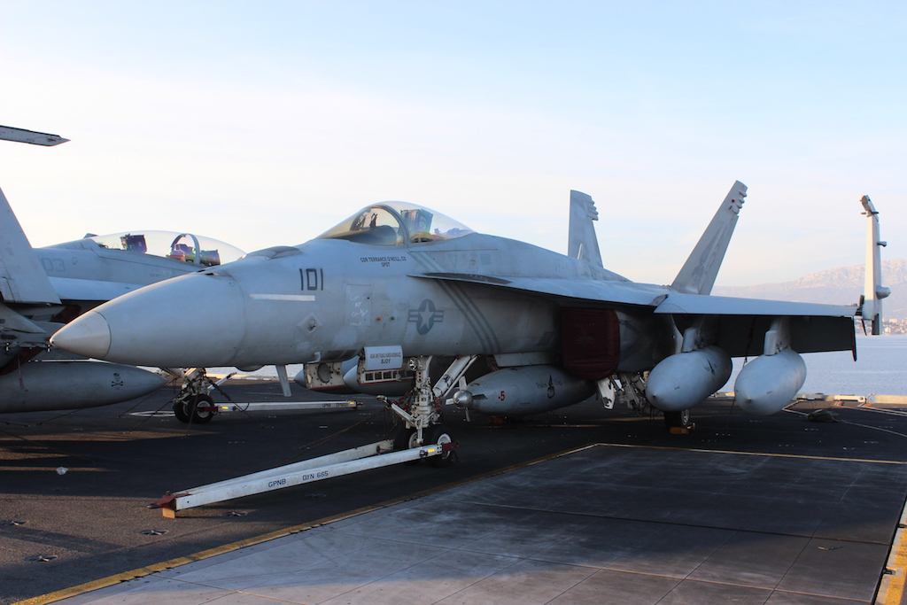 """F/A-18E u konfiguraciji aviona-cisterne, iz eskadrile """"Pukin' Dogs"""" / Foto: Antonio Prlenda"""