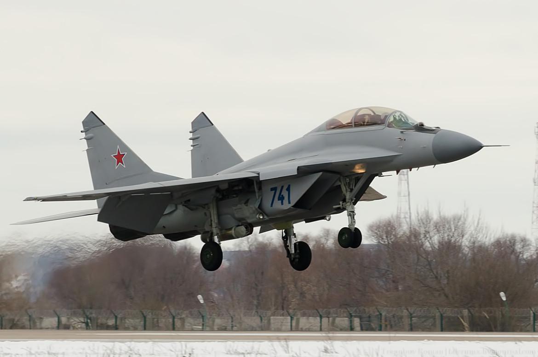 ruski MiG-35 sa kontejnerom T220 3