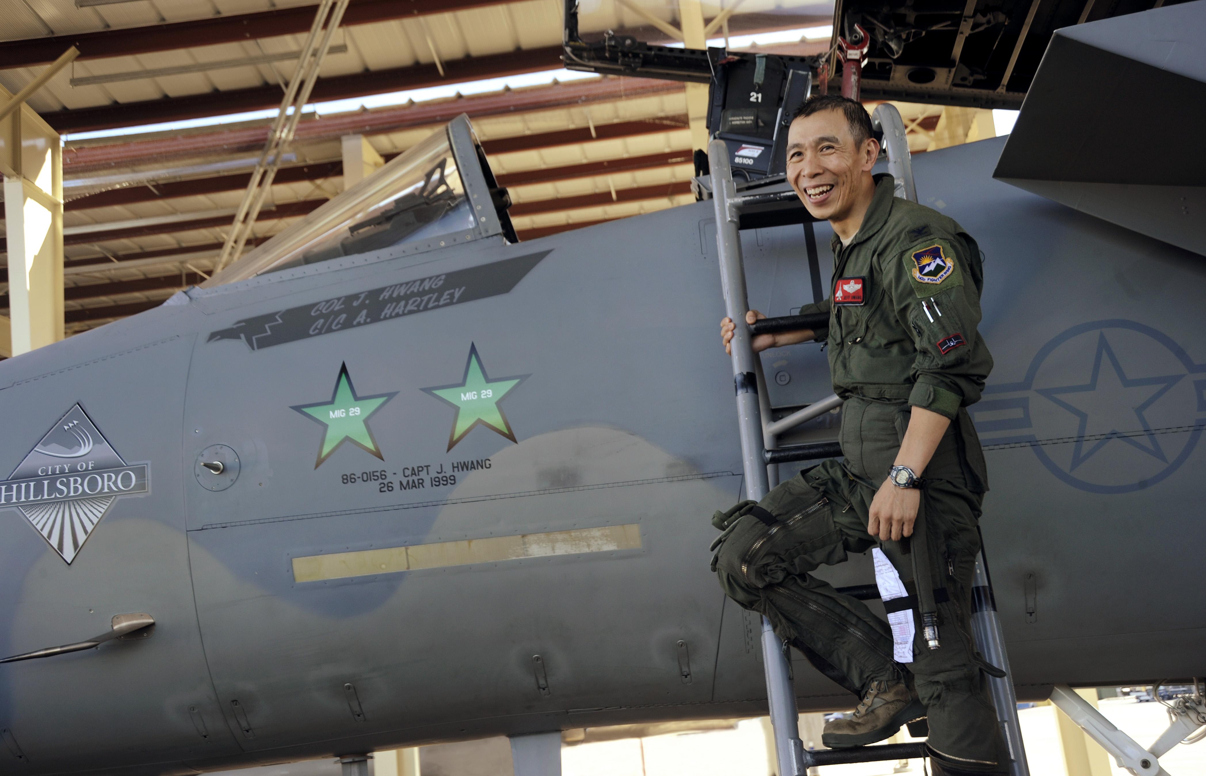"""Hwang pozira pored svog F-15C na kojem su oslikana dva srpska """"kill markinga"""""""