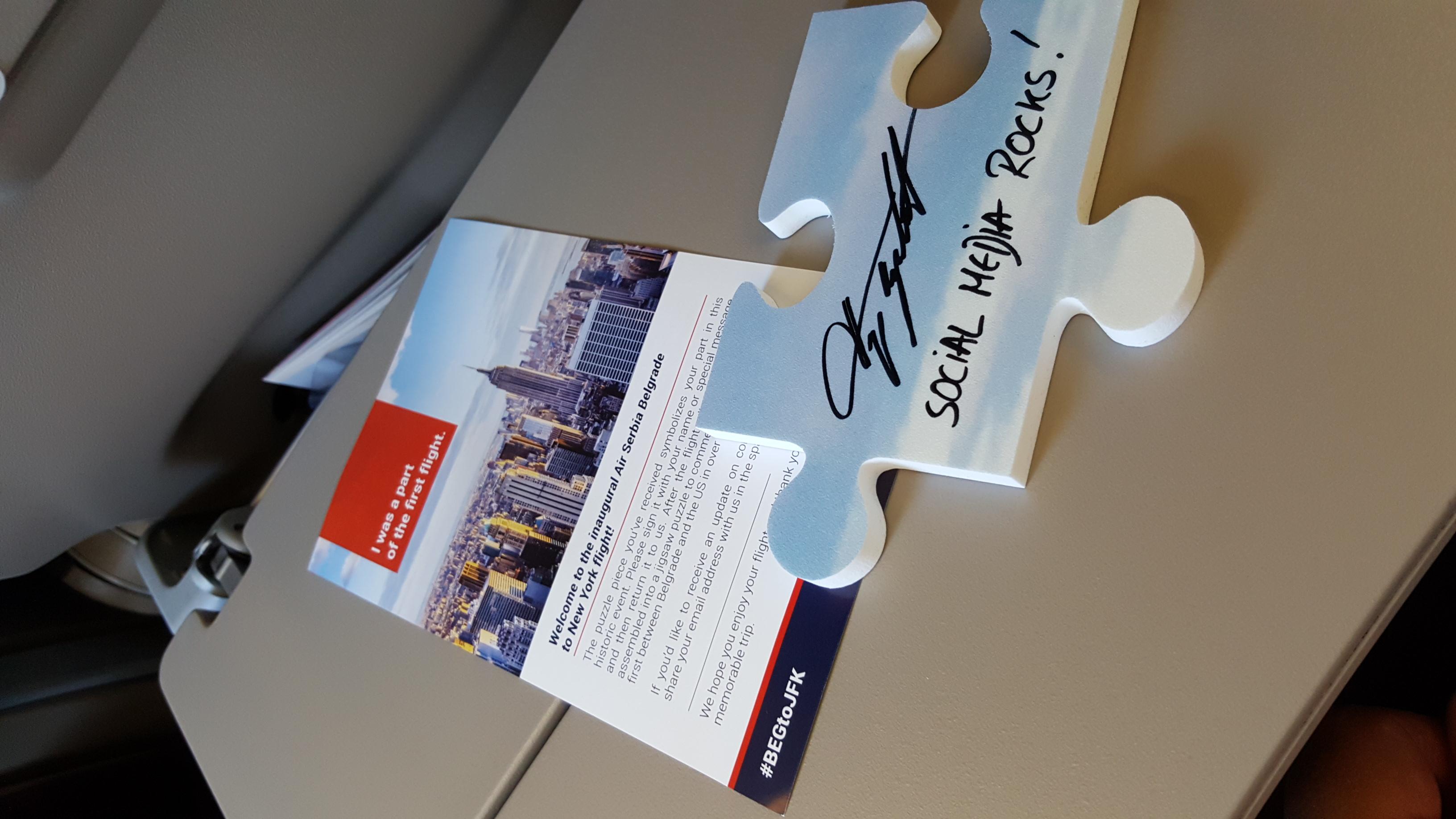 Social media tim Er Srbije smislio je zanimljivu aktivaciju za putnike. Svako će se potpisati na deo slagalice koja će se naknadno sastaviti i nalaziti u prostorijama kompanije / Foto: Petar Vojinović