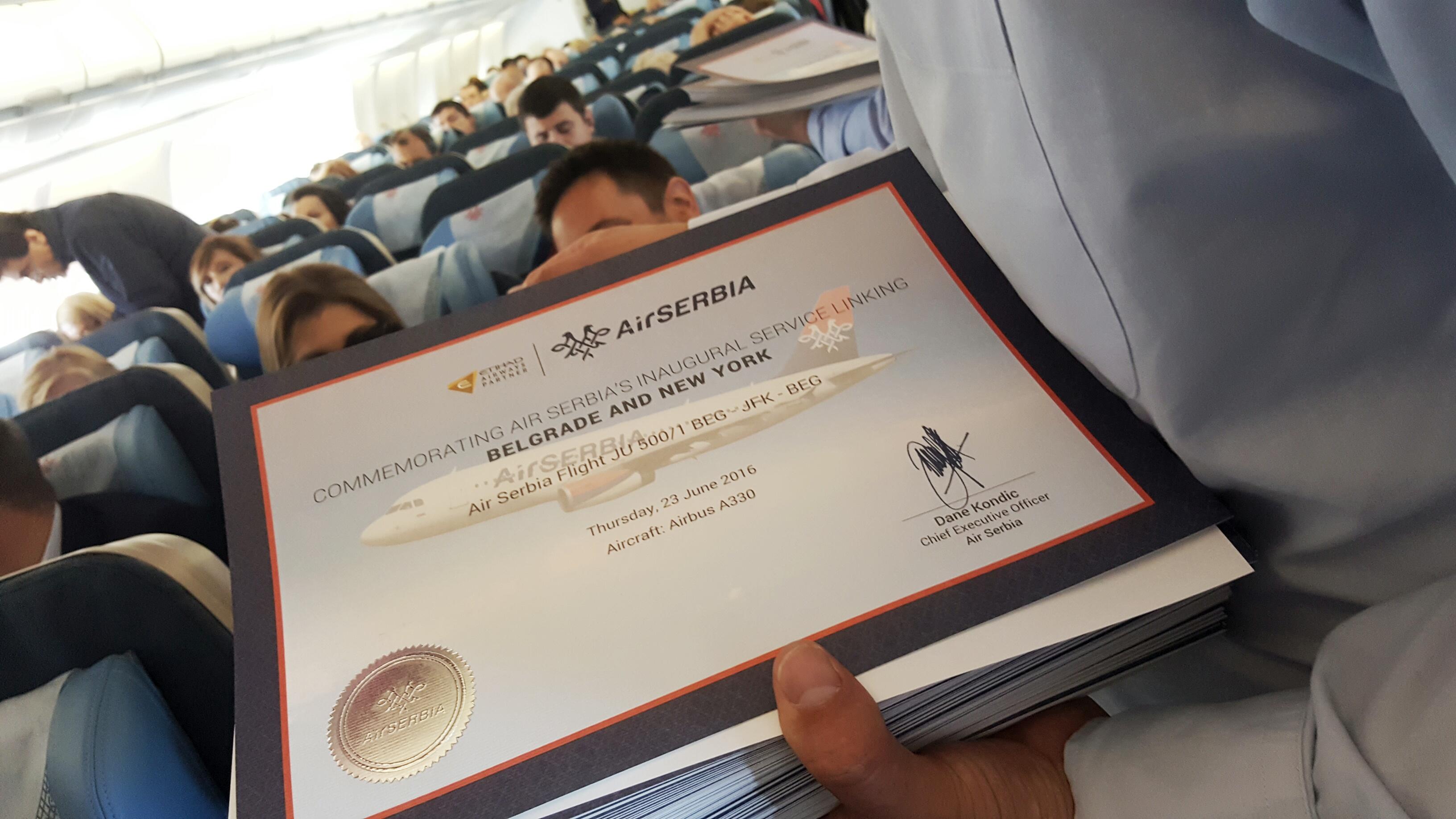Direktor Er Srbije podelio je putnicima sertifikate o prvom letu / Foto: Petar Vojinović