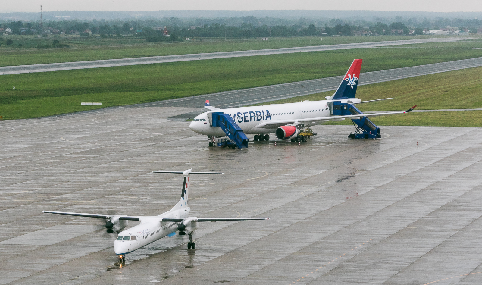 Let do Plesa trajao je 30ak minuta. YU-ARA parkiran je na deo platforme rezervisan za širokotrupne avione / Foto: Dragan Trifunović