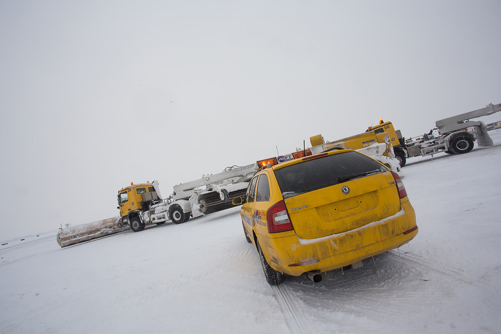 Poletno-sletna staza dužine 3.400 metara i širine 45 metara u potpunosti očisti od snega za 8 do 10 minuta / Foto: Dušan Atlagić, Tango Six
