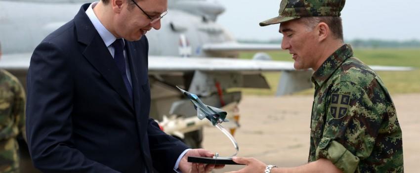 Vučić na Batajnici: MiG-ovi zvanično tek posle sastanka sa Šojguom, investiranje u Momu bitnije od novih aviona