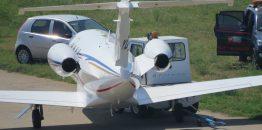 "Manji incident na Aerodromu Nikola Tesla: Avion ""Infinity Aviationa"" sudario se sa vozilom za vuču"