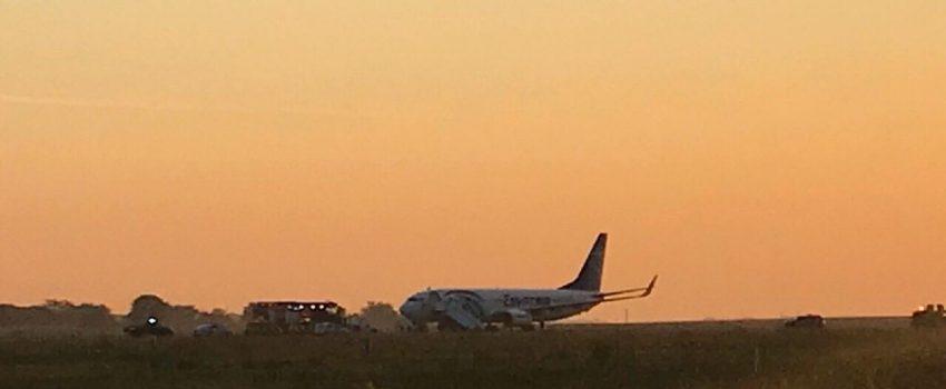 [FOTO] EgyptAir posle sletanja oštetio gume na glavnom stajnom trapu, avion ostao na sred piste Nikole Tesle