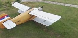 """Vanaerodromsko sletanje Antonova 2 """"STS avijacije"""" kod Jagodine"""