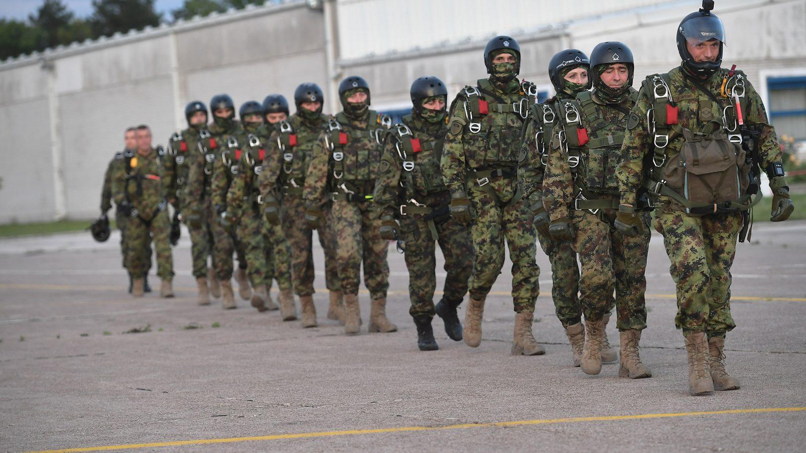 [VIDEO] Padobranci 63. brigade sinoć izveli grupni skok sa preletom i ličnim naoružanjem sa 4500 metara