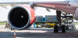 Kurir za dostavu pošiljki, koji putuje avionom