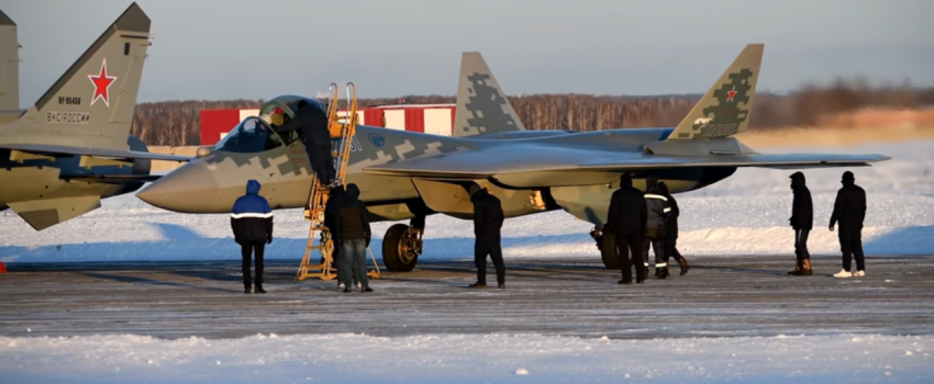 """""""01 plavi"""" u preletu: Vazdušno-kosmičke snage Rusije dobile prvi serijski Su-57"""
