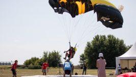 [REPORTAŽA] Održano 67. padobransko prvenstvo: Korać ponovo prvi, više od 300 skokova iz MUP-ovog helikoptera, praznik padobranstva na Ečkoj