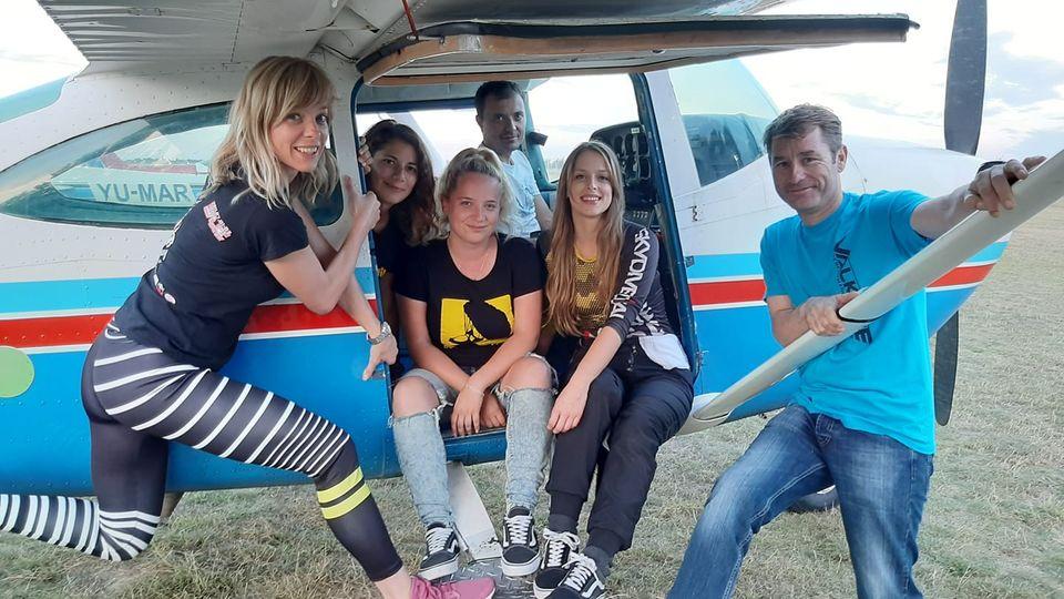 Žene letači za svoju stariju koleginicu: Novinarka skočila padobranom iznad Subotice posle pauze od 57 godina
